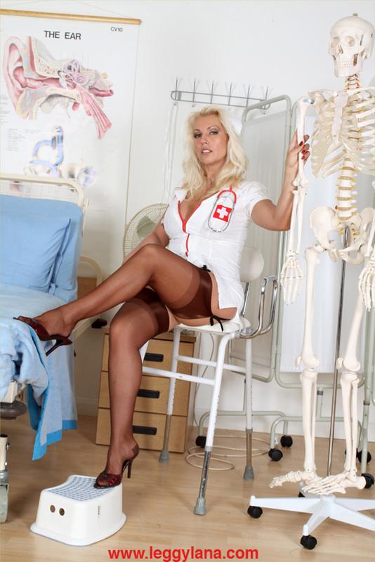 медсестра под халатам без трусик фото