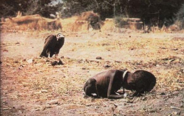 afrika da çocuğun ölümünü bekleyen akbaba