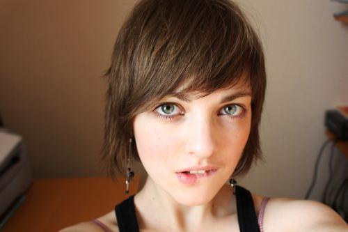 kısa saçlı hatun çekiciliği