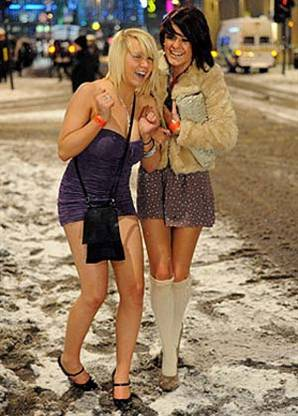kışın ortasında kızılay da mini etekle dolaşan kız · önceki