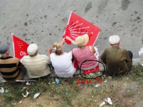 türk bayrağı üzerine oturan akpliler